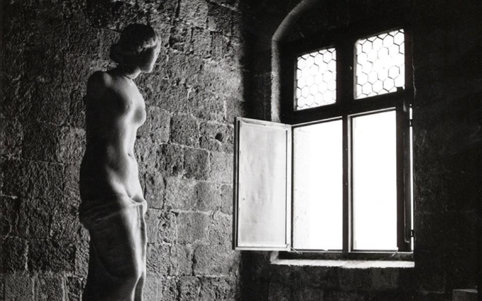 Ρόδος 1954. Η Αφροδίτη Αιδουμένη της Ρόδου, εύρημα από τη θαλάσσια περιοχή δυτικά της πόλης της Ρόδου το 1929. Mία από τις περίπου 70 φωτογραφίες του Μπομπ Μακέιμπ που θα παρουσιαστούν στην έκθεση «Αναμνήσεις και μνημεία του Αιγαίου», στο Μουσείο Κυκλαδικής Τέχνης. Ο γνωστός Αμερικανός φωτογράφος με την ευαίσθητη ματιά του κατέγραψε μοναδικές εικόνες και έχει λειτουργήσει για τη χώρα μας ως «αυτόπτης μάρτυρας» των μεγάλων αλλαγών που συντελέστηκαν τις τελευταίες έξι δεκαετίες.