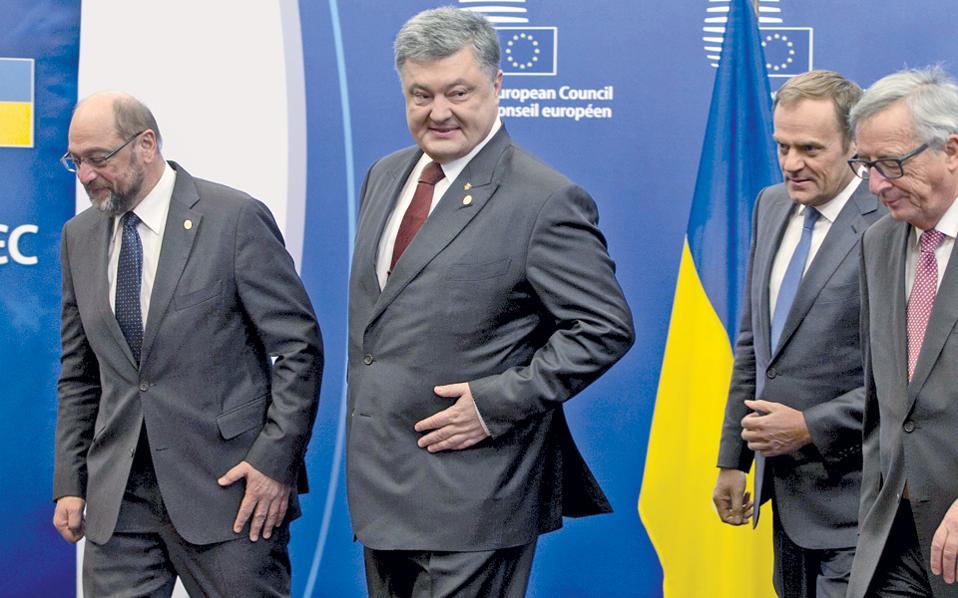 Ο πρόεδρος του Ευρωκοινοβουλίου Μάρτιν Σουλτς (αριστερά) με τον Ουκρανό πρόεδρο Πέτρο Ποροσένκο, τον Ντόναλντ Τουσκ και τον Ζαν-Κλοντ Γιούνκερ, στις Βρυξέλλες χθες.