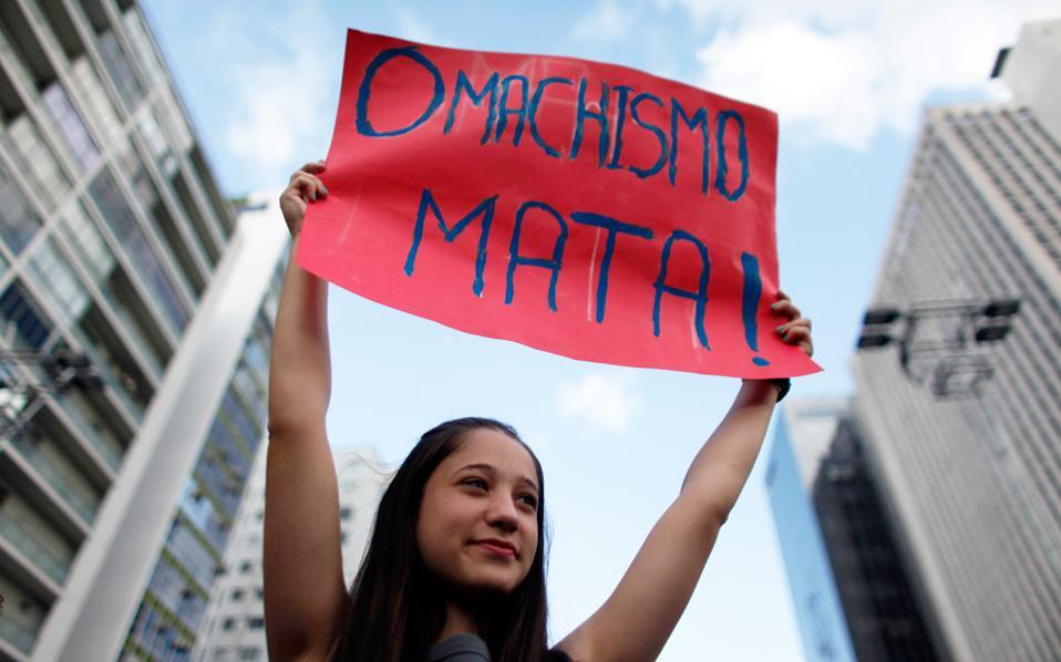 Σε πορεία κατά του σεξισμού στο Σάο Πάολο της Βραζιλίας το 2011 συμμετέχει αυτή η νέα γυναίκα.