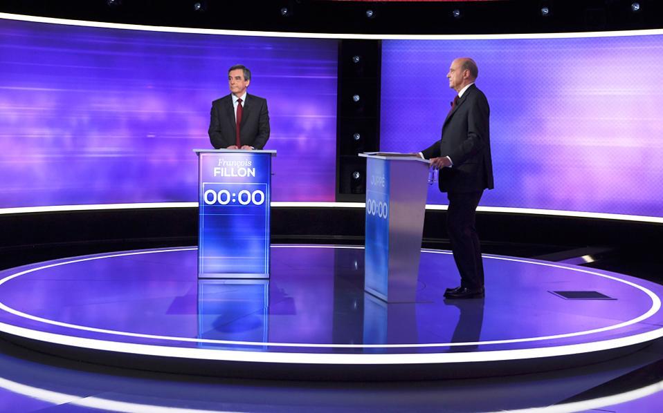 Οι δύο φιναλίστ στις προκριματικές εκλογές της Κεντροδεξιάς Φρανσουά Φιγιόν (αριστερά) και Αλέν Ζιπέ προτού αρχίσει η τελευταία τηλεοπτική μονομαχία τους ενόψει του δεύτερου γύρου της Κυριακής.