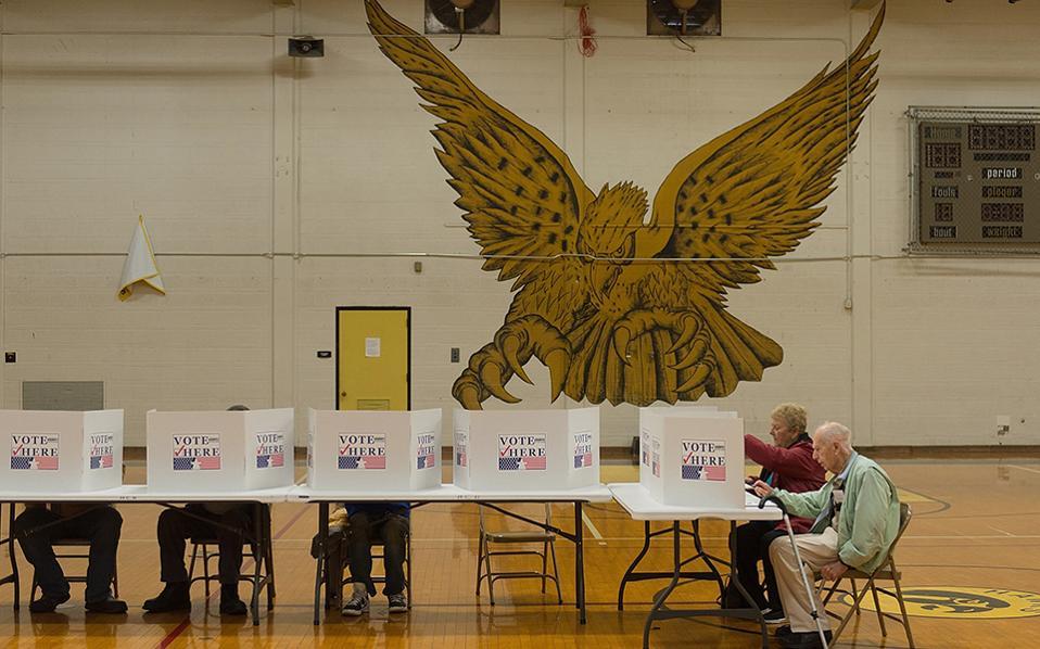 Κόντρα. Άγριος  και απειλητικός ο αμερικανικός αετός στολίζει το γήπεδο του μπάσκετ του  Hazelwood Central High School στο Florissant του Missouri. Καθόλου όμως δεν τρόμαξε τους ηλικιωμένους που πιστοί στο καθήκον τους και στην πεποίθηση ότι τίποτα δεν χαρίζεται, πήγαν να ψηφίσουν. Michael B. Thomas/Getty Images/AFP