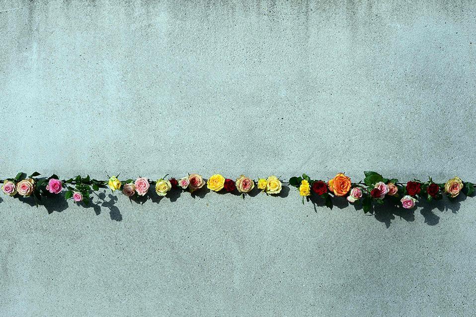 Γραμμή ζωής. Μια χαραμάδα λουλούδια για την επέτειο των 27 χρόνων από την πτώση του τείχους του Βερολίνου, έβαλαν άγνωστοι στο μνημείο, που ευτυχώς δεν λένε να ξεχάσουν τι είχε συμβεί στις 9 του Νοέμβρη. AFP / dpa / Maurizio Gambarini