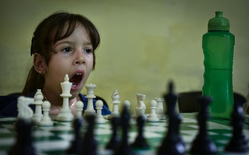Συναρπαστικές στιγμές. Σε κοτζάμ ινστιτούτο, το Latin American Superior Institute of Chess (ISLA) στην Αβάνα, μαθαίνουν σκάκι τα πιτσιρίκια. Το παιχνίδι είναι ιδιαίτερα δημοφιλές στο νησί και παίζεται παντού και από κάθε ηλικία. / AFP / ADALBERTO ROQUE