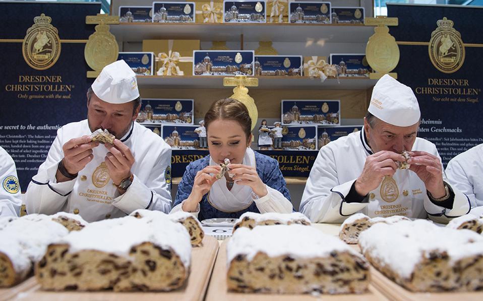 Μύρισε Χριστούγεννα. Ο Andre Bernatzky και ο  Bernd Richter, φούρναροι με χρόνια και κιλά γλυκών στην πλάτη τους, έχουν ξεκινήσει να δοκιμάζουν. Μαζί τους και το κορίτσι που διαφημίζει το πασίγνωστο γλύκισμα η Marie Lassiq. Θα τρώνε και θα ξανατρώνε για 17 ημέρες, μέχρι να σιγουρευτούν  ότι τα Strollen θα είναι στο ύψος των απαιτήσεων των Γερμανών και όχι μόνο. EPA/SEBASTIAN KAHNERT