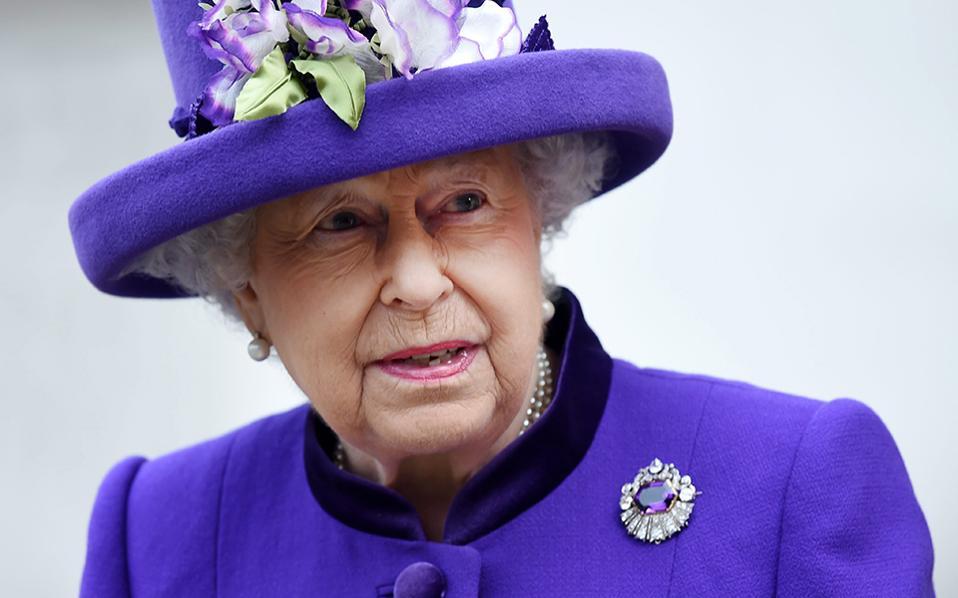 Πανδαισία σε μωβ. Στους εορτασμούς για τα 60 χρόνια από την ίδρυση του Βραβείου του Δούκα του Εδιμβούργου βρέθηκε η Βασίλισσα Ελισάβετ ντυμένη με ένα από τα αγαπημένα της ζωηρά χρώματα.  EPA/ANDY RAIN