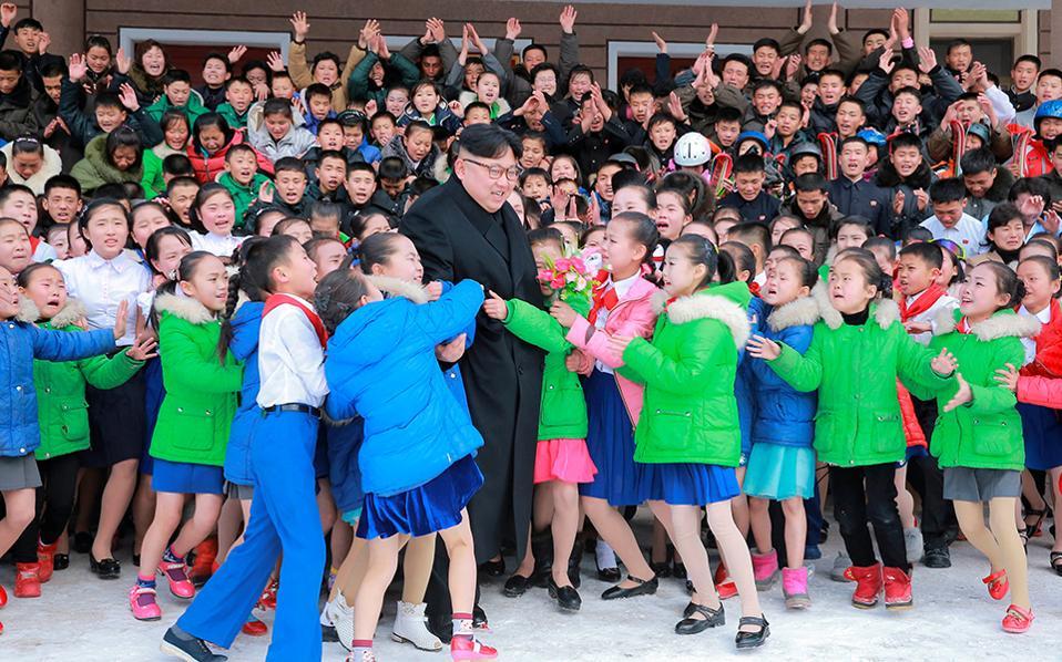 Ορμήστε. Εδώ δεν αντέχουν οι μεγάλοι, θα δείξουν αυτοσυγκράτηση τα παιδιά;Ετσι, κατά την επίσκεψη του μεγάλου ηγέτη  Kim Jong Un στην  Samjiyon της Βορείου Κορέας όπου παρακολούθησε παιδικά συγκροτήματα, δεν γλίτωσε από τα κλάματα και τις αγκαλιές στην διάρκεια της οικογενειακής φωτογραφίας. REUTERS/KCNA