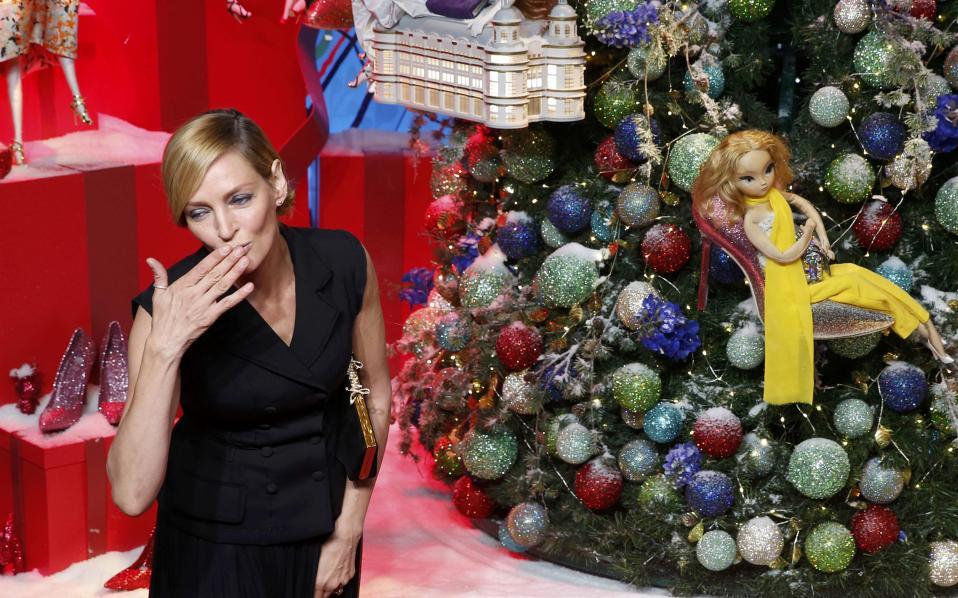 Έρχονται τα Χριστούγεννα. Υπάρχει καλύτερος τρόπος να μπεις στο εορταστικό πνεύμα, από μια στολισμένη πόλη; Πέρα από τα λαμπιόνια στους φανοστάτες, οι βιτρίνες των μαγαζιών είναι αυτές που σε ταξιδεύουν και σε αναγκάζουν να αδειάσεις το πορτοφόλι σου. Για ένα τέτοιο κατάστημα, το γαλλικό Printemps, βρέθηκε η χολιγουντιανή ηθοποιός  Uma Thurman στο Παρίσι με σκοπό να ανάψει τα φώτα αλλά και να κόψει την κόκκινη κορδέλα της εορταστικής διακόσμησης. REUTERS/Jacky Naegelen