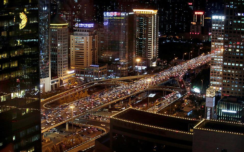 Μεγαλούπολη. Έχει κανείς αμφιβολία, κοιτώντας την φωτογραφία ότι το Πεκίνο ανήκει στις πιο σύγχρονες και εξελισσόμενες πόλεις; Να  λοιπόν η εικόνα από   μια νυχτερινή ώρα αιχμής στην γέφυρα Guomao.  REUTERS/Jason Lee