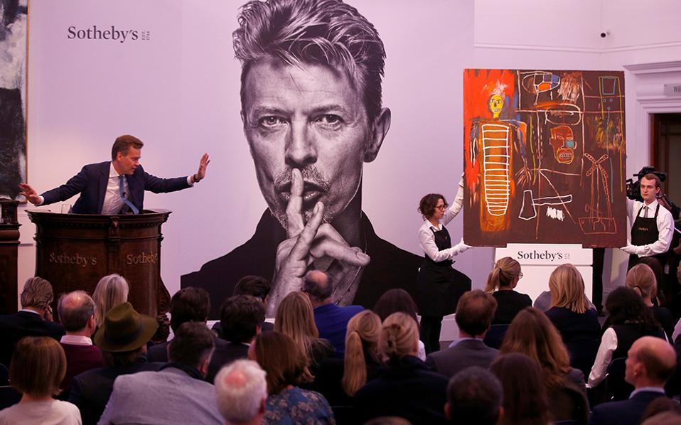 Δυο σημαντικές υπογραφές. Εγινε η δημοπρασία για τα έργα που είχε στην κατοχή του ο David Bowie. Το εικονιζόμενο έργο «Air Power» του Jean-Michel Basquiat πουλήθηκε στην τιμή των 6.200.000 λιρών και  εκτός από την υπογραφή του ζωγράφου θα λέγεται ως ιστορία ότι κάποτε ανήκε σε έναν από τους σημαντικότερους καλλιτέχνες της εποχής μας, τον Bowie.  REUTERS/Peter Nicholls