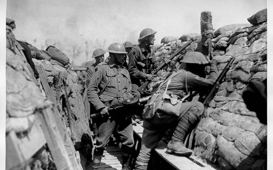 Βρετανοί στρατιώτες λίγο πριν την επίθεση, αναμένουν στα χαρακώματά τους.