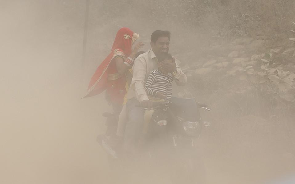 Χειροποίητη προστασία. Δεν είναι σκόνη ούτε καπνός. Είναι μόλυνση του αέρα τόσο πυκνή που κανείς νομίζει ότι μπορεί να την κόψει. Η ρύπανση στο Νέο Δελχί που είναι 15 φορές πάνω από τα επιτρεπτά όρια έχει αναγκάσει αρκετά σχολεία να κλείσουν μερικές ημέρες και η κυβέρνηση ανακοίνωσε την διακοπή για πέντε ημέρες όλων των οικοδομικών δραστηριοτήτων. Όσο για τον πατέρα της φωτογραφίας, προσπαθεί με το χέρι του να προστατέψει το παιδί του.  EPA/HARISH TYAGI