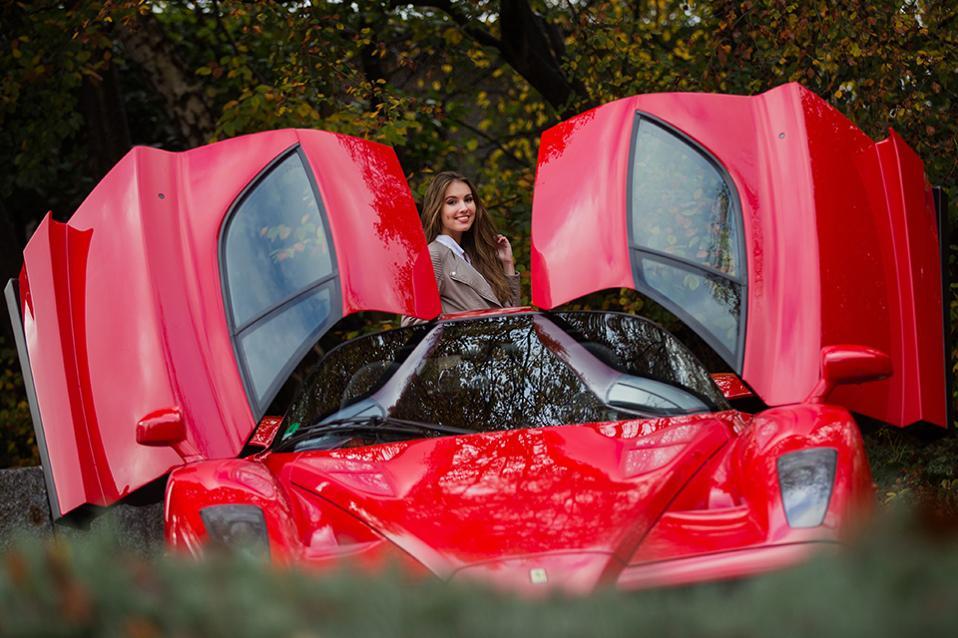 Παιχνίδια για αγόρια. Μια Ferrari Enzo και ένα όμορφο μοντέλο επιστρατεύτηκαν για την προώθηση της έκθεσης Essen Motor Show 2016. Η έκθεση με την συμμετοχή 550 εκθετών θα παρουσιάσει ό,τι πιο νέο στον χώρο της και ελπίζει να προσελκύσει 360.00 επισκέπτες. EPA/ROLF VENNENBERND