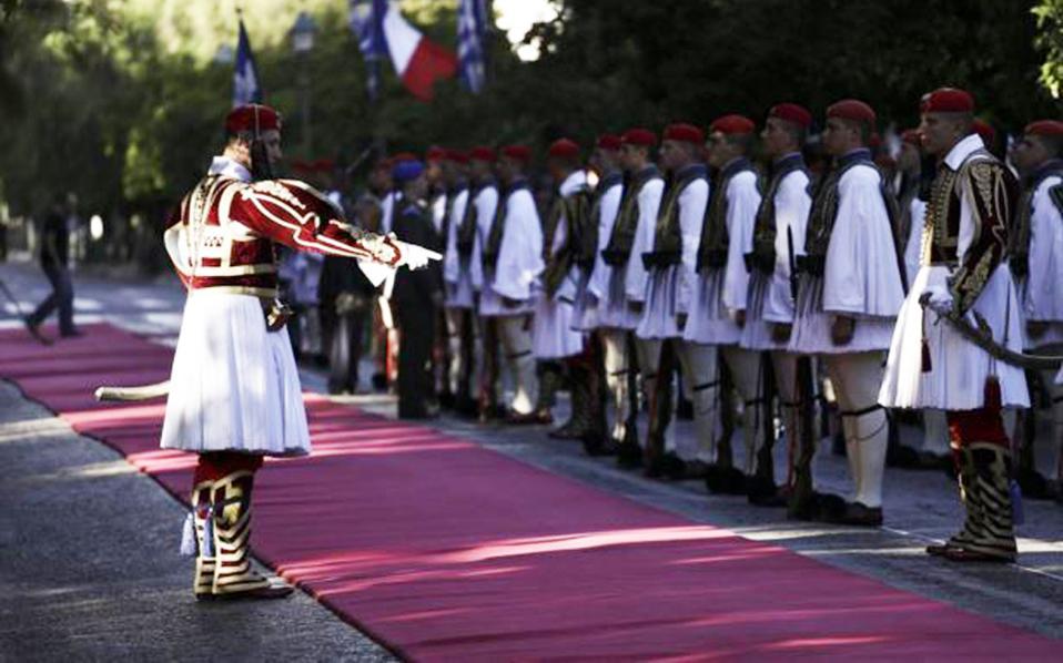 Oλα είναι έτοιμα για τη σημερινή επίσημη υποδοχή του προέδρου Mπαράκ Oμπάμα, με κόκκινο χαλί στην Hρώδου Aττικού. O διοικητής της Προεδρικής Φρουράς θα δώσει το πρόσταγμα στο τιμητικό άγημα των Ευζώνων.