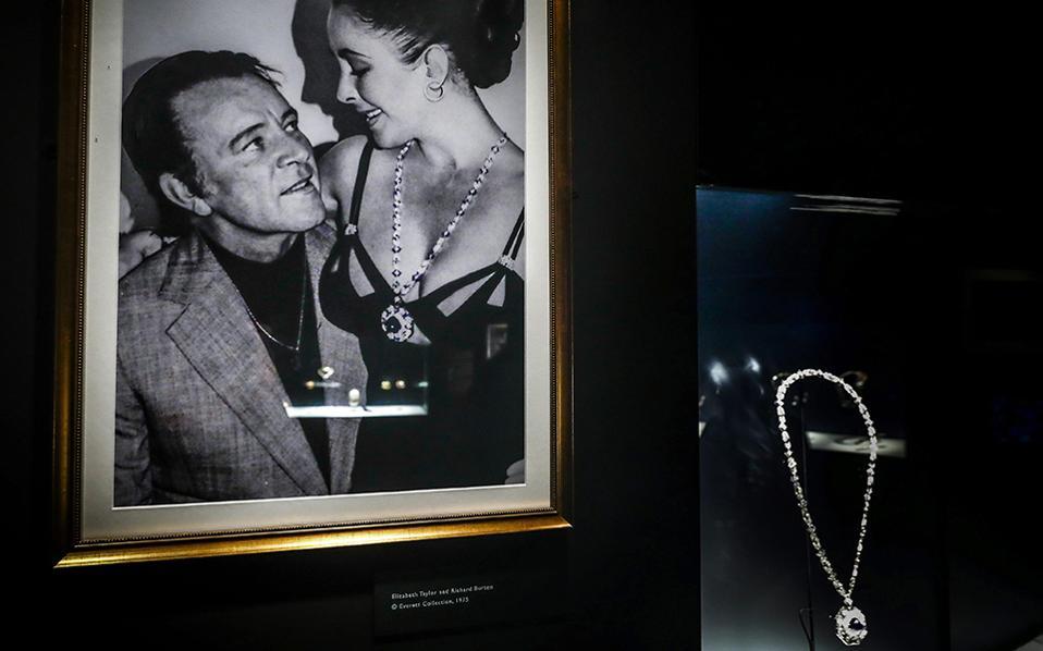Τέχνη και τέχνη. Με μια έκθεση η γνωστή εταιρία κατασκευής κοσμημάτων και όχι μόνο, εξηγεί πως η αιώνια πόλη αποτέλεσε πηγή έμπνευσης στην δημιουργία των αριστουργημάτων της. Στην φωτογραφία ένα κολιέ με ζαφίρι που φορούσε η  Elizabeth Taylor, προφανώς δώρο του τότε συζύγου της Richar Burton στην έκθεση με τίτλο «Bulgari and Rome» από το  Thyssen-Bornemisza της Μαδρίτης.EPA/EMILIO NARANJO