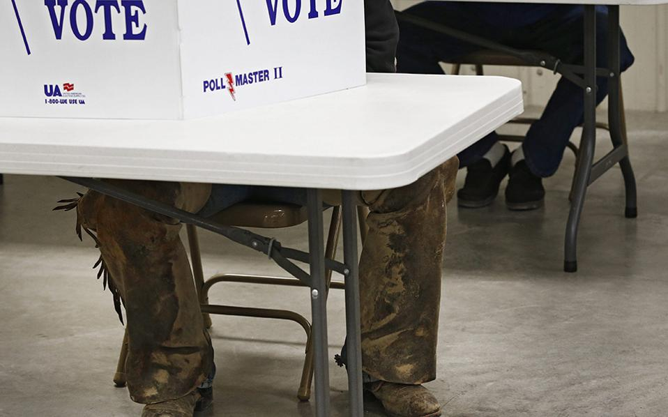 Βαθιά Αμερική; Έχει κανείς αμφιβολία για το τι ψήφισε; Η φωτογραφία από το Chase County Community Building στο Cottonwood Falls του Kansas.  EPA/LARRY W. SMITH