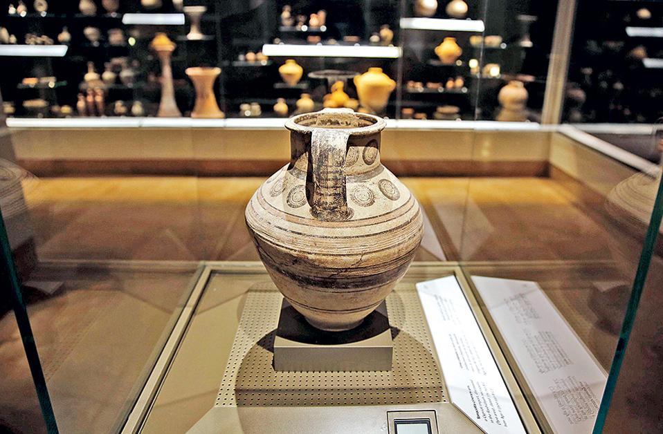 Πήλινη σαρκοφάγος από τη Σιδώνα, έκθεμα του Εθνικού Μουσείου της Βηρυτού.