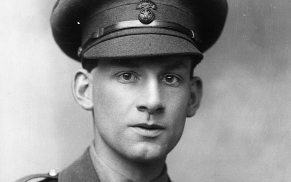 Ο Βρετανός ποιητής Ζίγκφριντ Σασσούν διακρίθηκε για την γενναιότητά του, ωστόσο, σε κάποια φάση εναντιώθηκε στον πόλεμο, πέταξε στο ποτάμι το παράσημό του και νοσηλεύθηκε σε νευρολογική κλινική.
