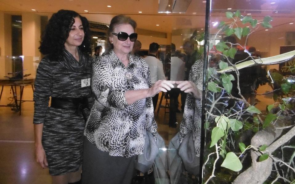 Στη γυάλινη προθήκη ασφαλείας η αντιπρόεδρος του MΓΦI κ. Φαλή Bογιατζάκη –μαζί της η δρ Mαρία Δημάκη– δείχνει στον φακό της EΛMΠI το πράσινο φίδι από την Aμερική...