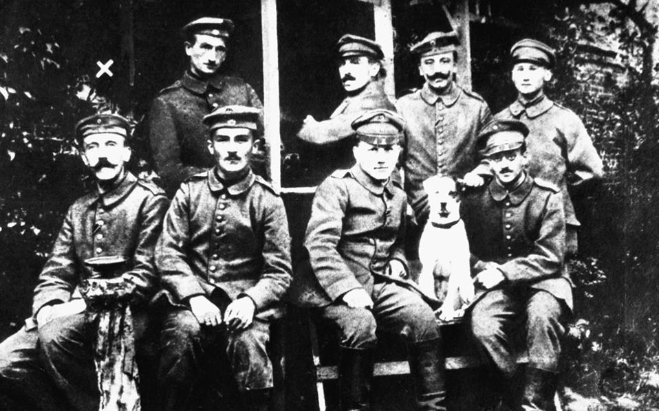 Ο Αδόλφος Χίτλερ (αριστερά), απλός δεκανέας, με συστρατιώτες του το 1914-18.