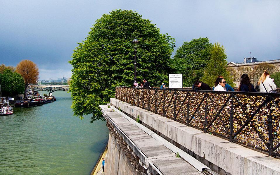 Το βάρος από τις κλειδαριές των ερωτευμένων δημιούργησε σοβαρό πρόβλημα στατικότητας στις γέφυρες του Παρισιού. (Φωτογραφία: ΔΗΜΗΤΡΗΣ ΤΣΟΥΜΠΛΕΚΑΣ)