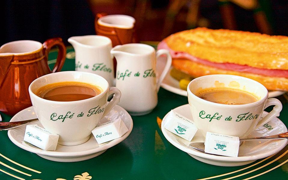 Οι χαρακτηριστικές λευκές πορσελάνες με τα πράσινα γράμματα στο Café de Flore. (Φωτογραφία: Visualhellas.gr)