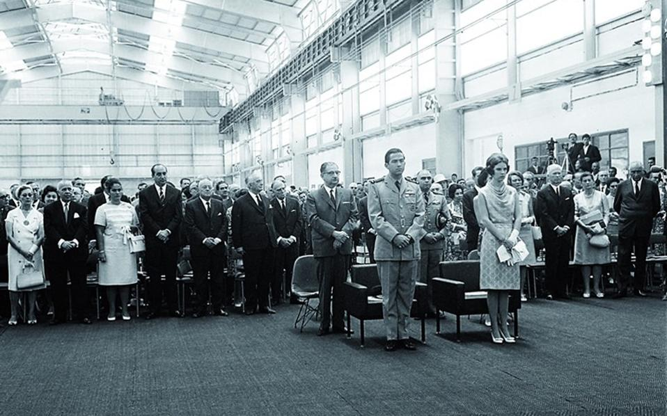 Η ίδρυσή της το 1960 και η λειτουργία έξι χρόνια αργότερα των δύο εργοστασίων παραγωγής αλουμίνας και αλουμινίου συνδέθηκαν με την ανάπτυξη των πλούσιων κοιτασμάτων βωξίτη (στην περιοχή της ζώνης Ελικώνα - Παρνασσού - Γκιώνας). H φωτογραφία από τα εγκαίνια της βιομηχανικής μονάδας το 1966.