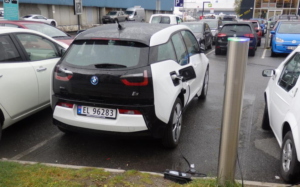 Hλεκτρικό Ι.Χ. αυτοκίνητο επαναφορτίζει την μπαταρία του σε δημόσιο χώρο στάθμευσης στο Οσλο.