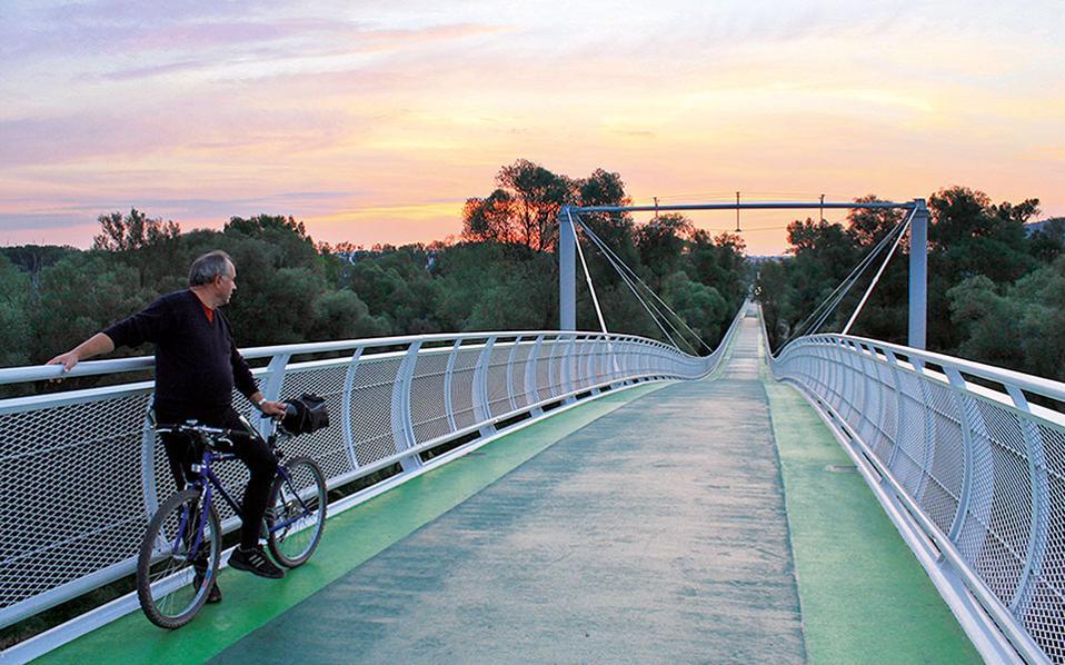 Διασχίζοντας τη Freedom Cycle Bridge, από τη μία πλευρά είστε στην Μπρατισλάβα και από την άλλη στα αυστριακά λιβάδια. (Φωτογραφία: Lenka Encingerova)