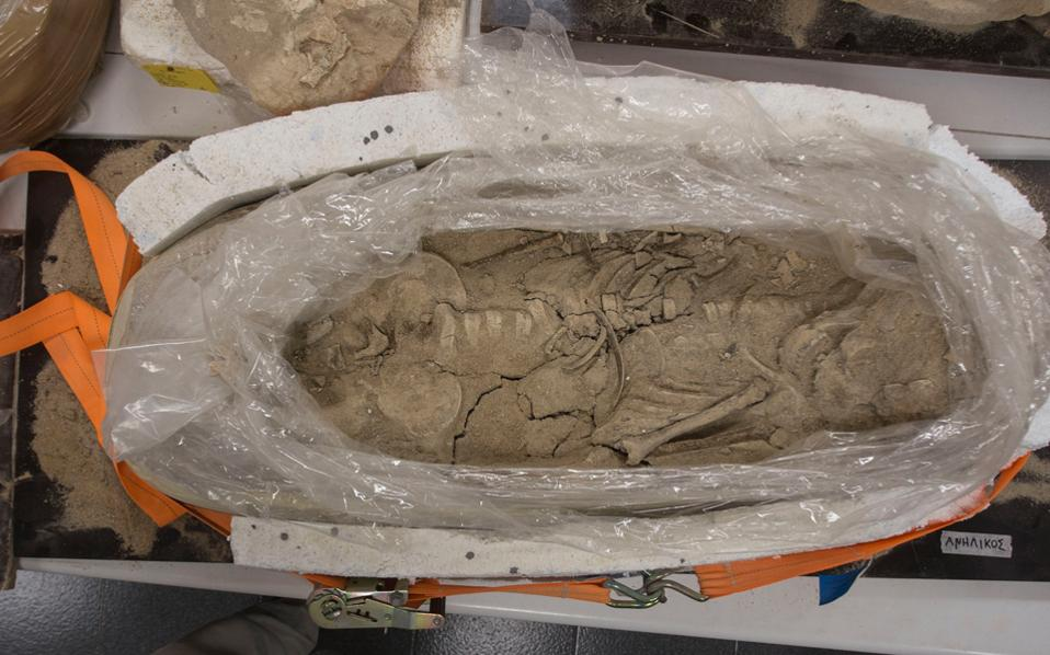 """""""Δεσμώτες"""" και άλλα ευρήματα από το αρχαίο νεκροταφείο του Φαλήρου καλύπτουν σχεδόν κάθε γωνιά και επιφάνεια του παλαιού εργαστηρίου."""
