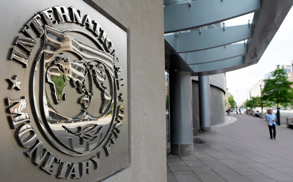 Τώρα το ΔΝΤ φαίνεται να παίρνει αποστάσεις, υποστηρίζοντας ότι ειδικά το χρέος είναι μη βιώσιμο και συνεπώς δεν μπορεί να χρηματοδοτήσει το πρόγραμμα.