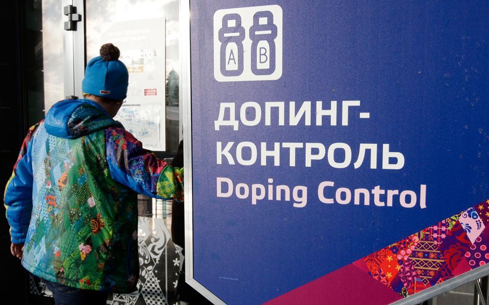 Σύμφωνα με την περυσινή έκθεση της ανεξάρτητης επιτροπής που όρισε ο WADA, όχι μόνο χορηγούνταν συστηματικά αναβολικά σε Ρώσους αθλητές 30 αθλημάτων, αλλά και οι ρωσικές αρχές «διηύθυναν, ήλεγχαν και επέβλεπαν» τη χειραγώγηση των δειγμάτων ούρων, με αποκορύφωμα τους Χειμερινούς Ολυμπιακούς Αγώνες του 2014 στο Σότσι, στη Ρωσία.