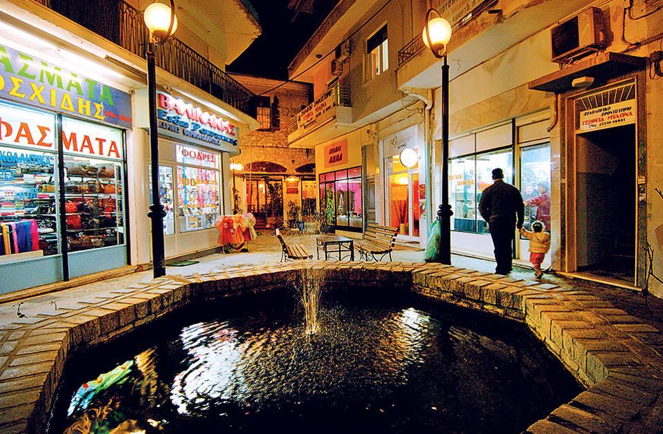 Χαλαροί νυχτερινοί ρυθμοί στο κέντρο της πόλης. (Φωτογραφία: ΚΛΑΙΡΗ ΜΟΥΣΤΑΦΕΛΛΟΥ)