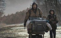 «Ο δρόμος». Κινηματογραφική μεταφορά του ομότιτλου μυθιστορήματος του Κόρμακ Μακ Κάρθι. Σε ένα μετα-αποκαλυπτικό τοπίο καταστροφής, ένας πατέρας προσπαθεί να επιβιώσει μαζί με τον γιο του.