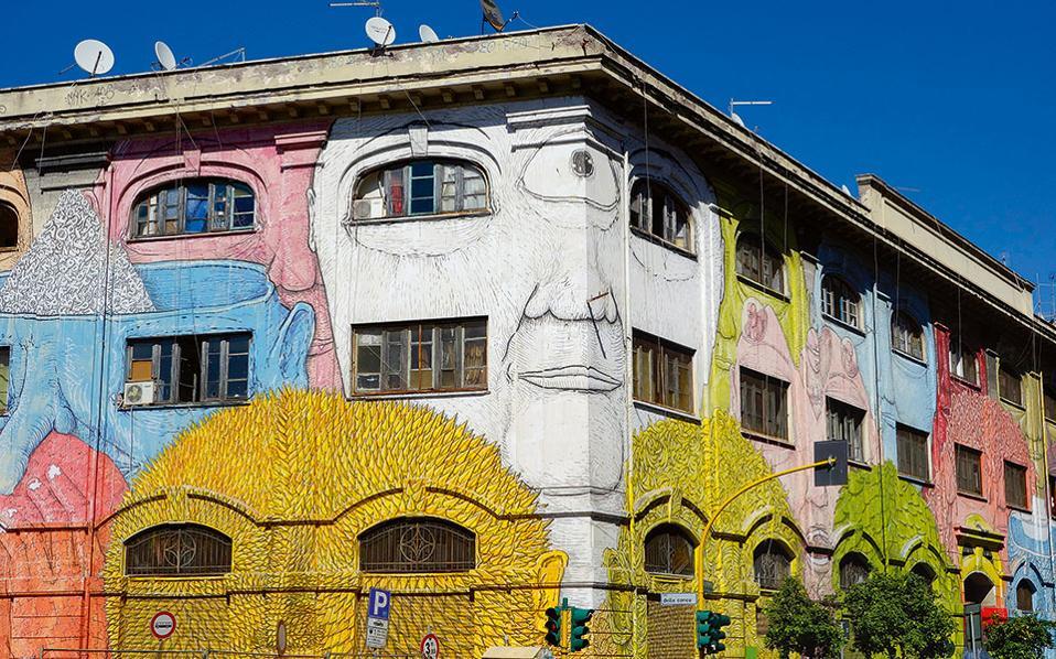 Τα πολύχρωμα γκράφιτι κατά μήκος της οδού Οστιένσε δίνουν ζωή στη γειτονιά. (Φωτογραφία: Visual Hellas.gr)