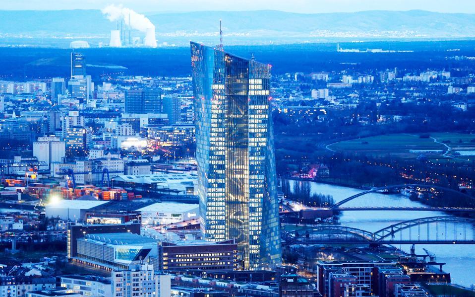 Στην ερώτηση αν η νομισματική πολιτική της ΕΚΤ καλύπτει τα διαρθρωτικά προβλήματα, δεν υπάρχει ευρεία συμφωνία.