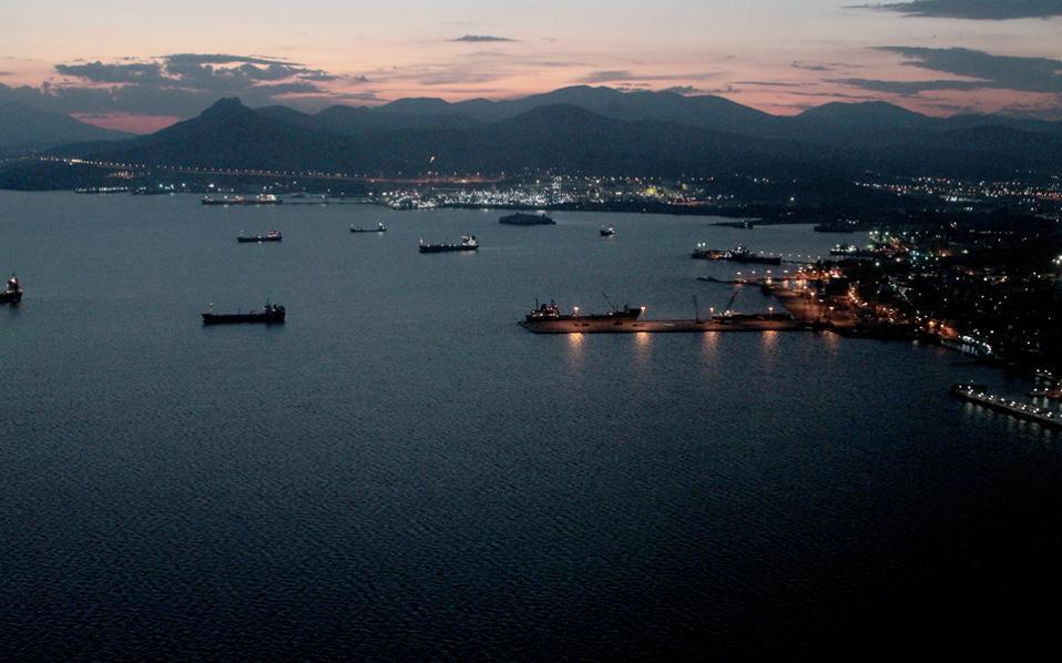 Η ανάπλαση του παραλιακού μετώπου της Ελευσίνας και η μεταφορά του εμπορικού λιμένα στα δυτικά της πόλης είναι από τα παράλληλα έργα που εκτιμάται ότι θα «ξεκλειδωθούν».