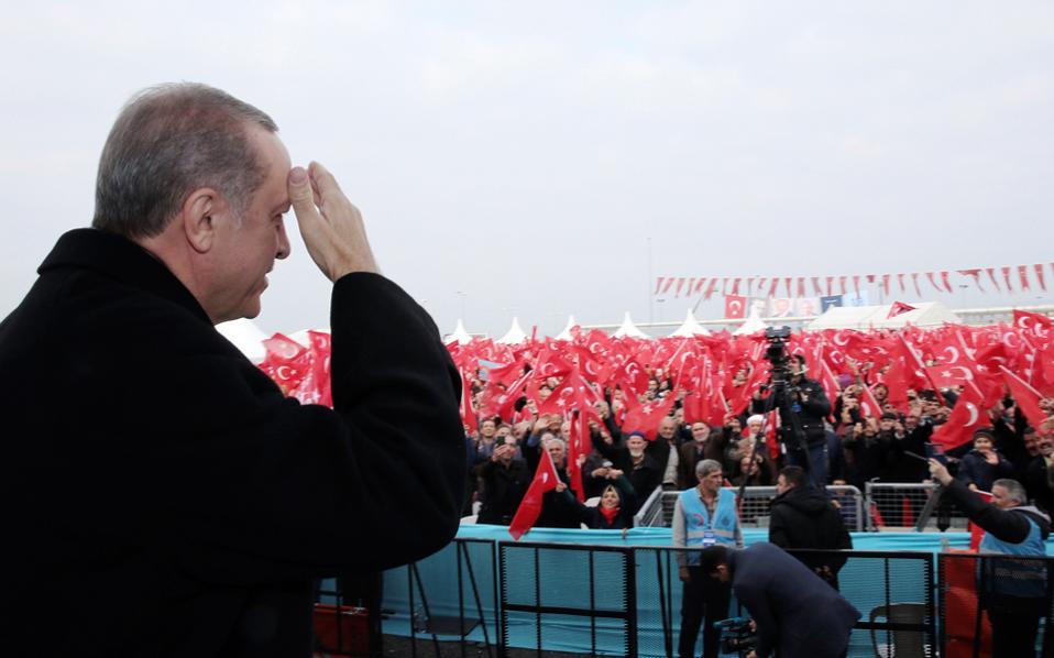 Ο Ταγίπ Ερντογάν σε συγκέντρωση οπαδών του, το Σάββατο στην Κωνσταντινούπολη. Η Τουρκία βαδίζει και πάλι προς τις κάλπες, ενόψει του δημοψηφίσματος για το σύνταγμα, παραμένοντας σε κατάσταση εκτάκτου ανάγκης.