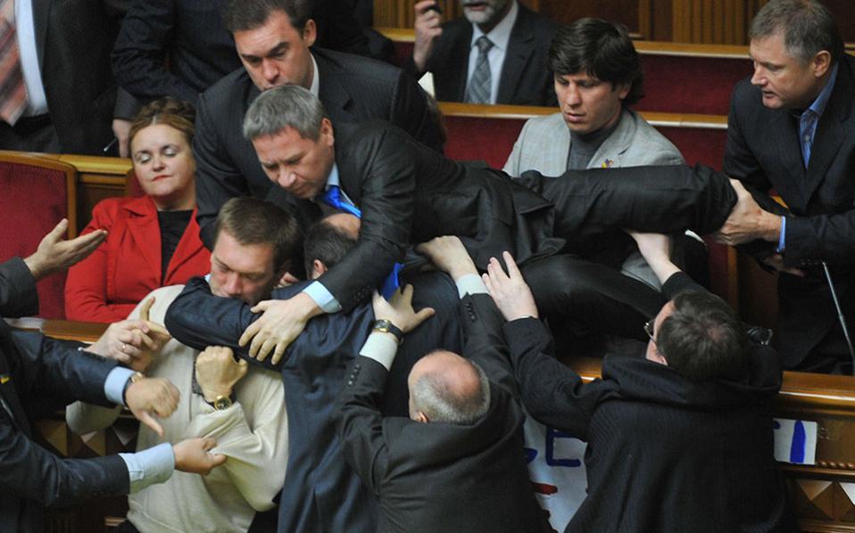 Παλαιότερη συμπλοκή στο ουκρανικό κοινοβούλιο.