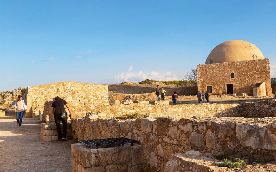 Στους προμαχώνες του φρουρίου της Φορτέτσας. (Φωτογραφία: ΕΦΗ ΠΑΡΟΥΤΣΑ)