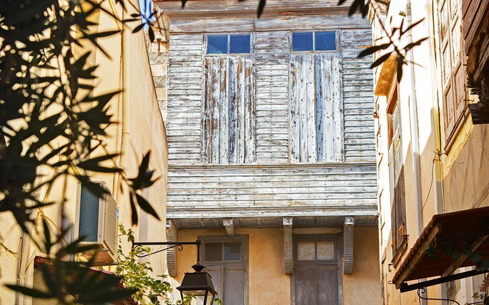 Χαρακτηριστική εικόνα αρχοντικού της Παλιάς Πόλης με σαχνισί στην πρόσοψη. (Φωτογραφία: ΕΦΗ ΠΑΡΟΥΤΣΑ)