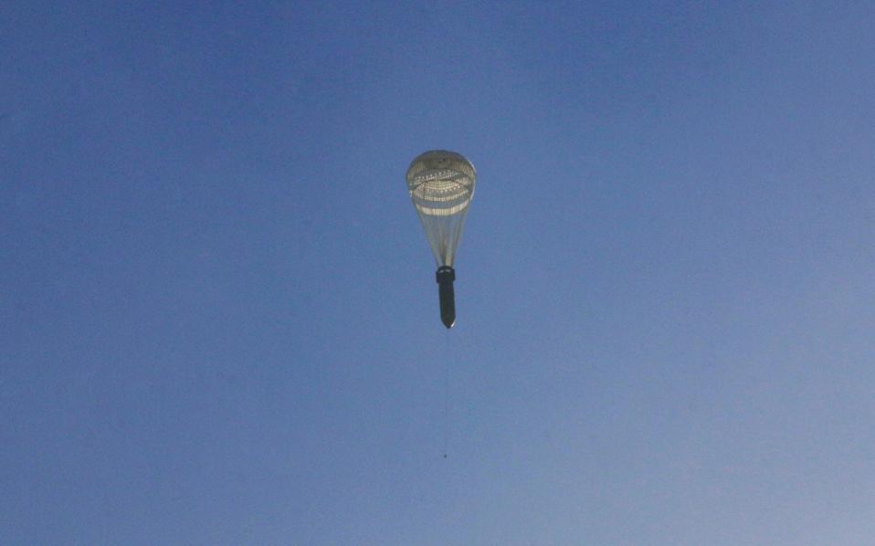 Βόμβα με αλεξίπτωτο πέφτει σε συνοικία του ανατολικού Χαλεπίου.