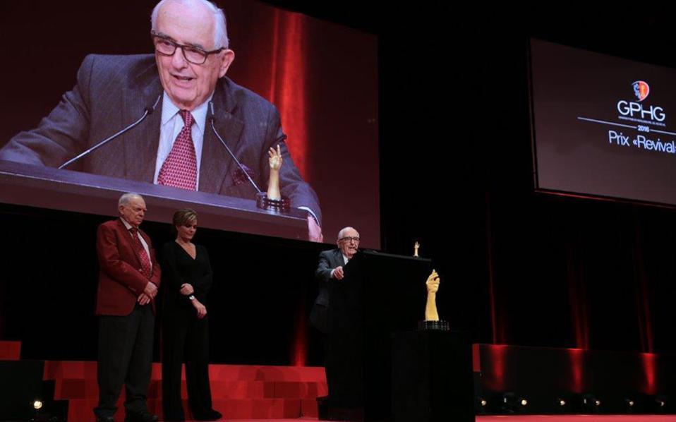 O επίτιμος πρόεδρος της TAG Heuer κατά την παραλαβή του βραβείου στο Grand Prix της Γενεύης