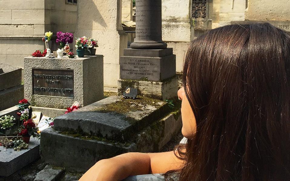 Ενα κάγκελο χωρίζει τους επισκέπτες του Père Lachaise από τον τάφο του Τζιμ Μόρισον. (Φωτογραφία: ΔΗΜΗΤΡΗΣ ΤΣΟΥΜΠΛΕΚΑΣ)