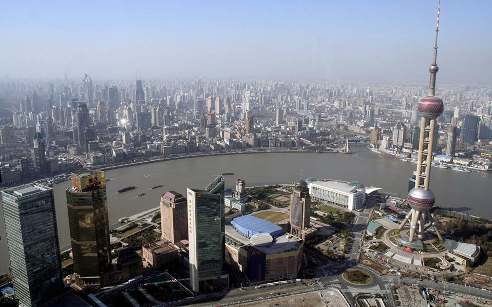 Το 2011 εισήγαγε για πρώτη φορά έναν ετήσιο φόρο κατοχής κατοικιών στη Σαγκάη (φωτ.) και στην Τσονγκίνγκ.
