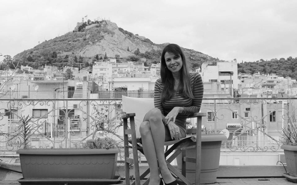 Τα θέματα της Ξένιας Κουναλάκη, μεταφεμινιστικά, μεταδημοκρατικά και κοσμοπολίτικα, και τα άρθρα της αντανακλούν την προσωπικότητά της στο έντυπο χαρτί, συχνά το γράψιμό της έχει κάτι το «δροσερά εφηβικό», ούτε οργισμένο ούτε επιφανειακό ούτε βαριεστημένο.