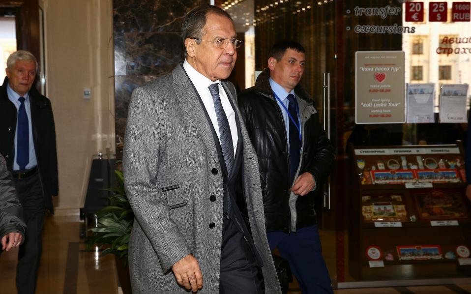 O υπ. Εξωτερικών της Ρωσίας Σεργκέι Λαβρόφ προσέρχεται στο χώρη της συνάντησης.