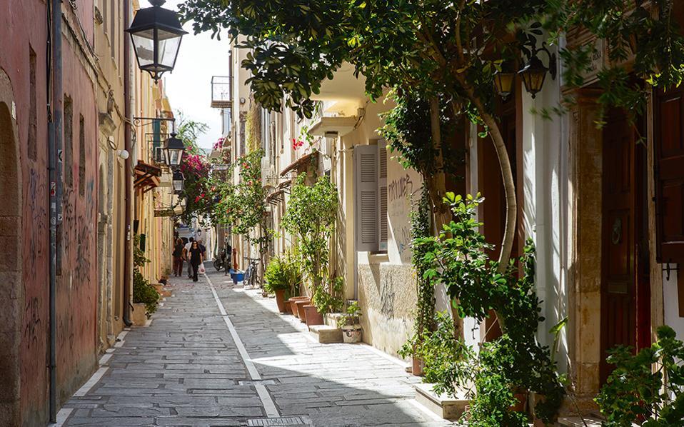 Τα στενά της Παλιάς Πόλης προσφέρονται για ατελείωτους περιπάτους. (Φωτογραφία: ΕΦΗ ΠΑΡΟΥΤΣΑ)