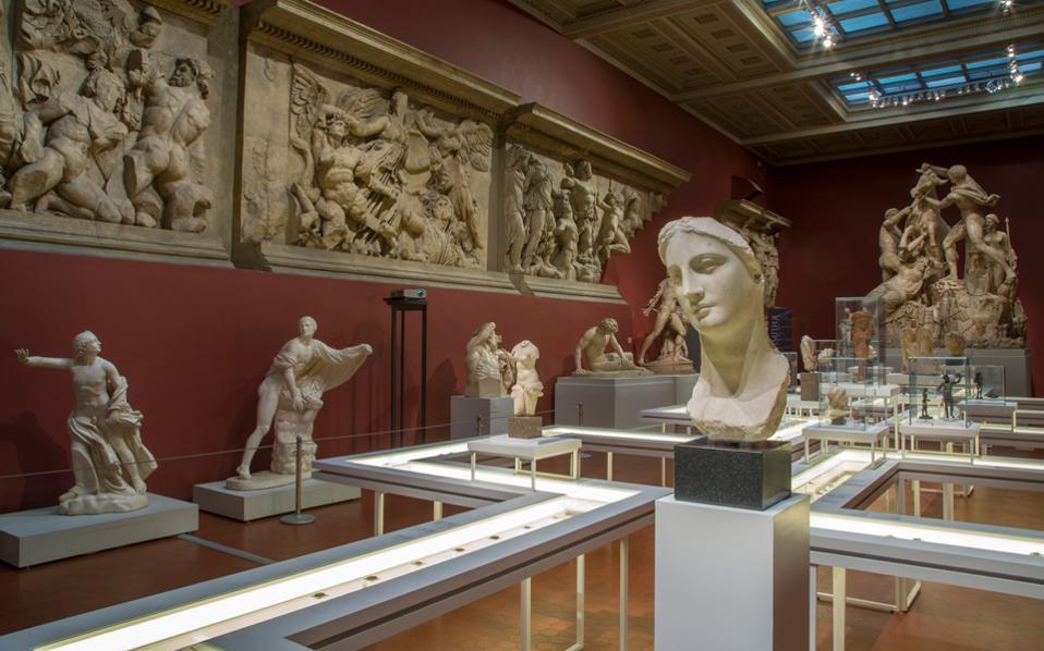 Εφευρετικό το στήσιμο της έκθεσης με τον «μαίανδρο». Σε πρώτο πλάνο, μαρμάρινη κεφαλή γυναίκας από την Αίγυπτο στο τέλος του 4ου αιώνα π.Χ.