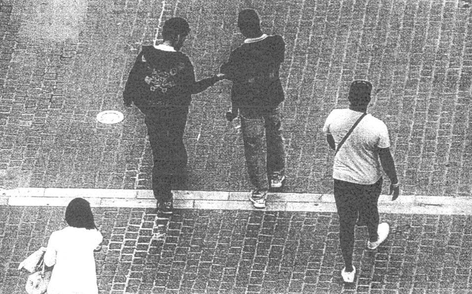 Φωτογραφία που περιλαμβάνεται στη δικογραφία για τη σπείρα που διακινούσε ναρκωτικά σε στέκια του κέντρου της Αθήνας.