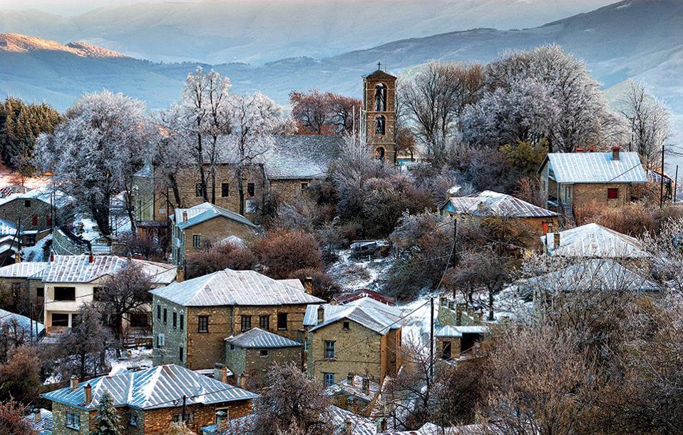 Οι στέγες στο Νυμφαίο είναι κατασκευασμένες από λαμαρίνα, βάσει μιας παλιάς τεχνικής που δεν επιτρέπει στο χιόνι να μένει επάνω. (Φωτογραφία: ΓΙΑΝΝΗΣ ΓΙΑΝΝΕΛΟΣ)